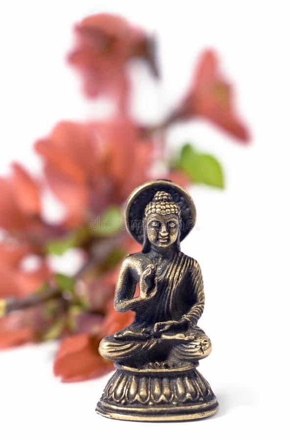 Lokalisiertes buddah mit roten Blumen