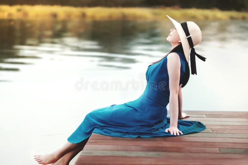 Getrenntes Leben-und Entspannungs-Konzept Porträt der jungen Frau entspannend durch Flussufer lizenzfreies stockbild