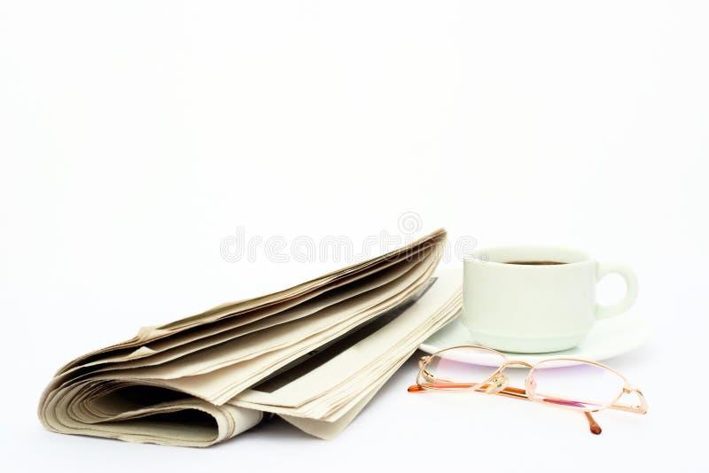 Getrenntes Nachrichtenpapier, -gläser und -kaffee stockfotografie