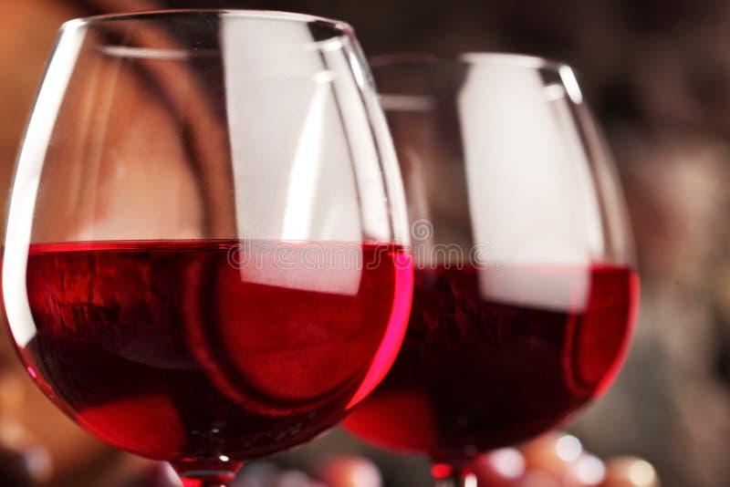 getrenntes OM waite Nahaufnahme von zwei Gläsern Rotwein Makro Selektiver Fokus lizenzfreie stockfotografie