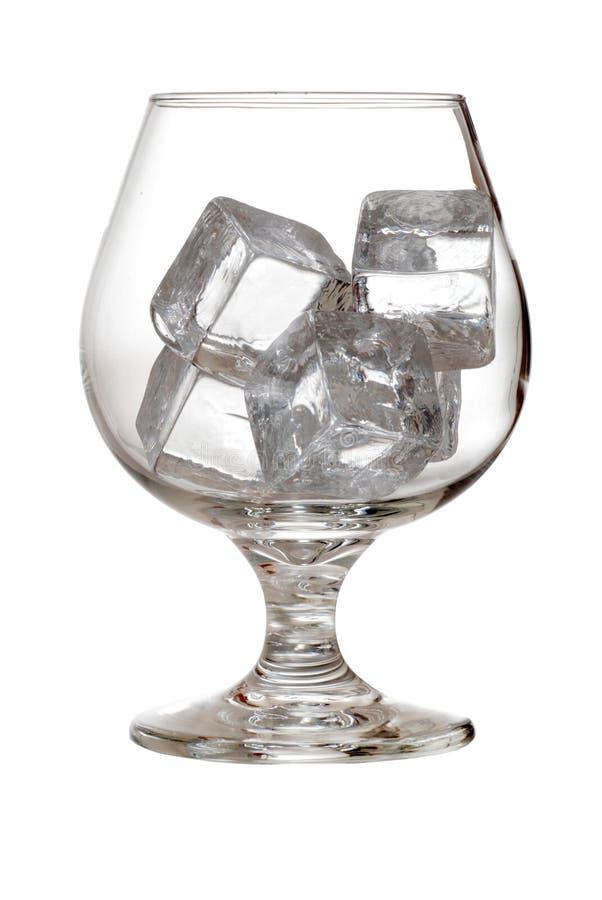 Getrenntes Weinbrandglas mit Eiswürfeln lizenzfreie stockfotografie
