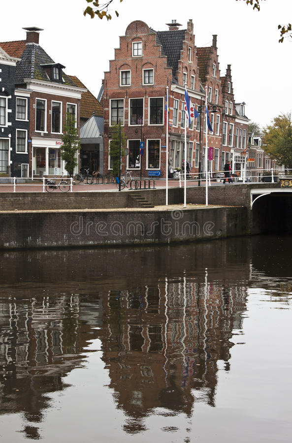 Getretene Giebel in historischem Dokkum, die Niederlande stockbilder