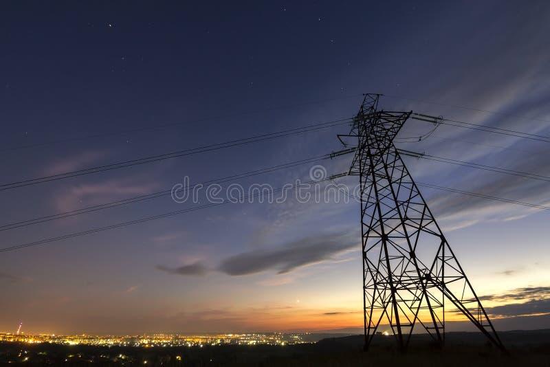 Getriebe und Langstreckenverteilung des Stromkonzeptes Hochspannungsturm mit den Starkstromleitungen, die auf dar ausdehnen lizenzfreies stockfoto