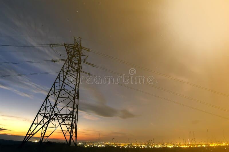 Getriebe und Langstreckenverteilung des Stromkonzeptes Hochspannungsturm mit den Starkstromleitungen, die an ausdehnen stockfotografie
