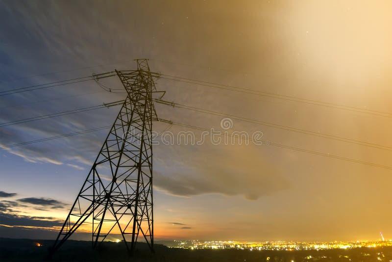Getriebe und Langstreckenverteilung des Stromkonzeptes Hochspannungsturm mit den Starkstromleitungen, die an ausdehnen lizenzfreie stockfotografie