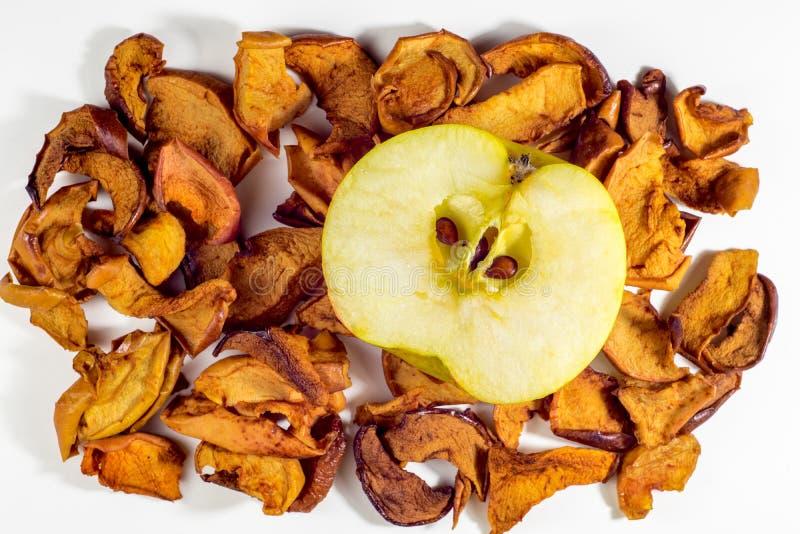 Getrocknete Äpfel und frischer Apfel stockfotografie