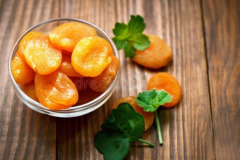 Getrocknete Aprikosen in der Schüssel lizenzfreie stockfotos
