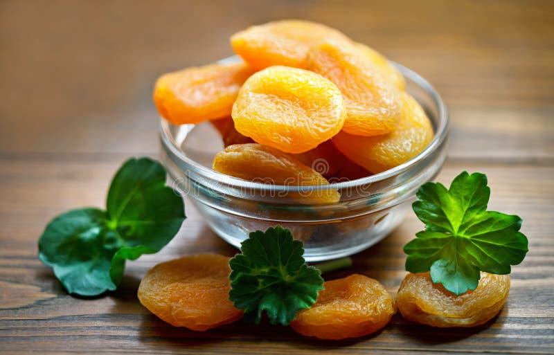Getrocknete Aprikosen in der Schüssel lizenzfreies stockbild