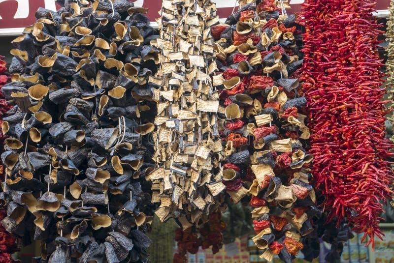 Getrocknete Auberginen, Pfeffer und anderes Gemüse, die an den Schnüren am Basar in Istanbul hängen lizenzfreies stockfoto