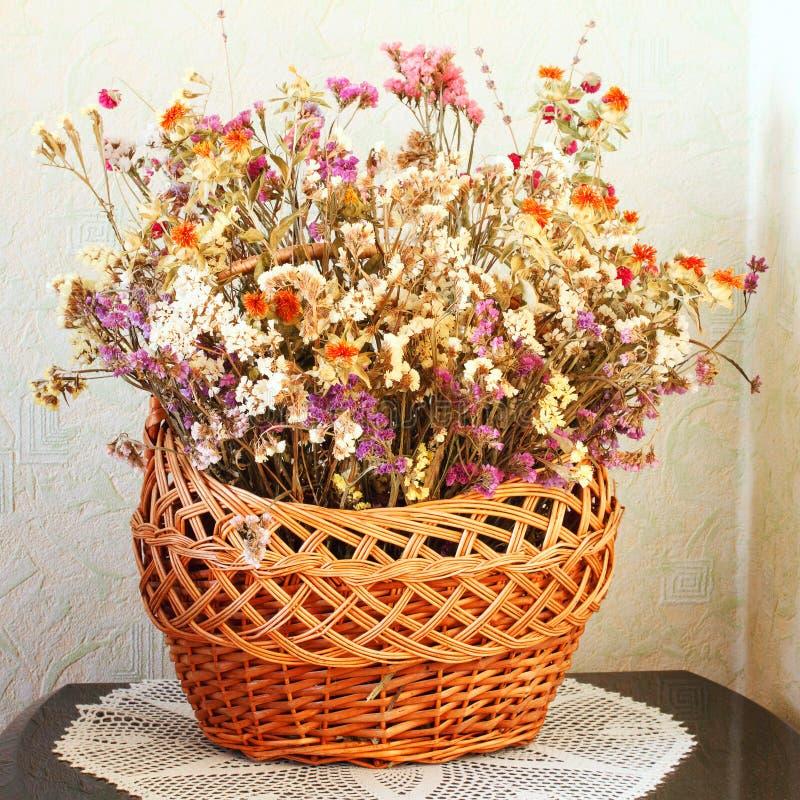 Getrocknete Blumen in einem Korb Winterblumenstrauß stockfotografie