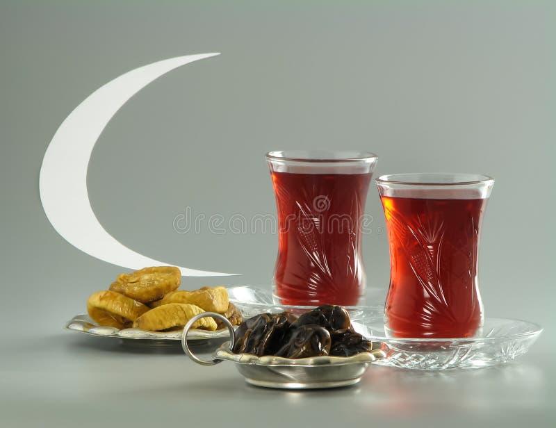 Getrocknete Daten und Feigen, Tee in armudu Gläsern und Halbmond stockbild