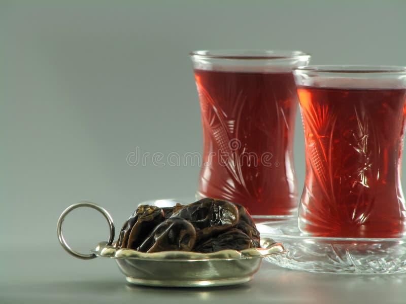 Getrocknete Daten und roter karkade Tee in armudu Gläsern stockfoto