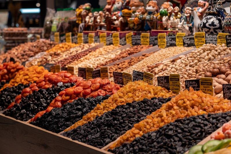 Getrocknete Früchte in den Regalen Helle, schmackhafte Köstlichkeiten Aprikosen/Marillen, Rosinen, Pflaumen und Nüsse, getrocknet lizenzfreies stockbild