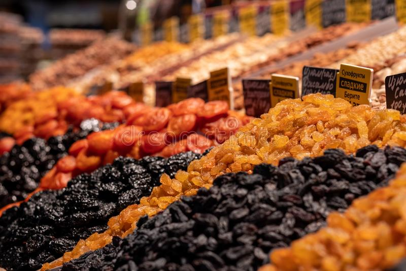 Getrocknete Früchte in den Regalen Helle, schmackhafte Köstlichkeiten Aprikosen/Marillen, Rosinen, Pflaumen und Nüsse, getrocknet stockfotografie