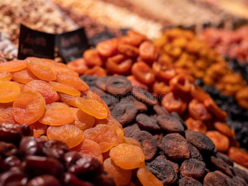 Getrocknete Früchte in den Regalen Helle, schmackhafte Köstlichkeiten Aprikosen/Marillen, Rosinen, Pflaumen und Nüsse, getrocknet stockbilder