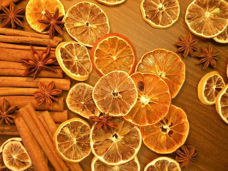 Getrocknete Früchte und Gewürz stockfotografie