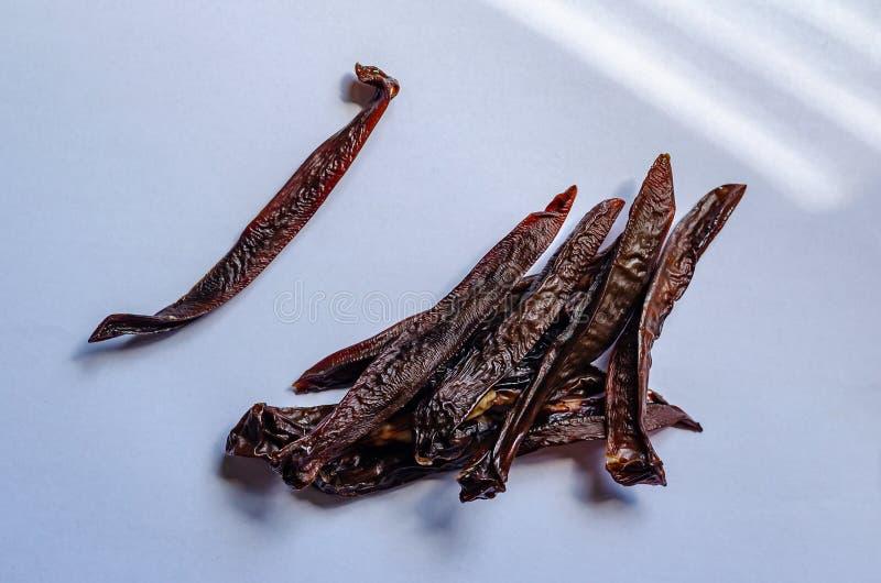 Getrocknete jerkeys Fleischst?cke Nationale Nahrung trocknete geräucherte Nieren Wei?er Hintergrund Ohne alles stockfotografie
