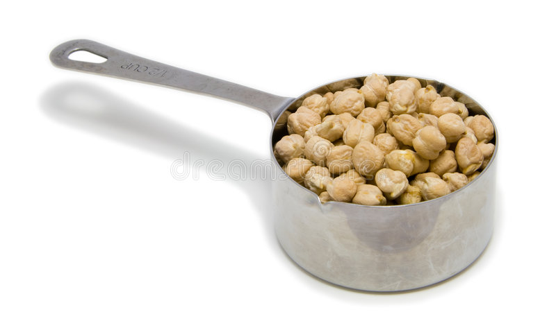 Getrocknete Kichererbsen im messenden Cup 1/2 C. stockfotografie
