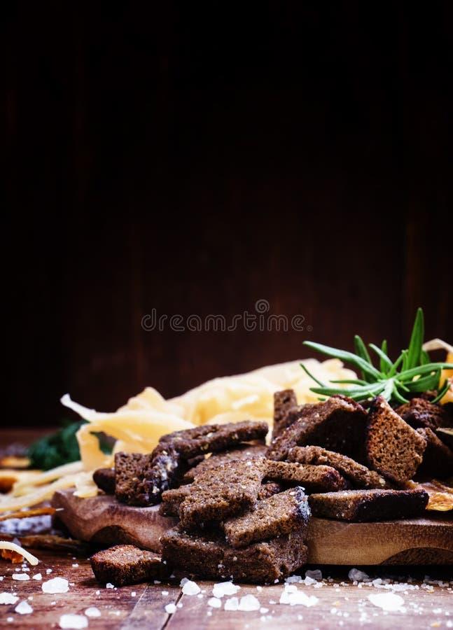 Getrocknete Kruste vom schwarzen Roggenbrot mit Salz und Gewürzen, Bier snac stockfotos