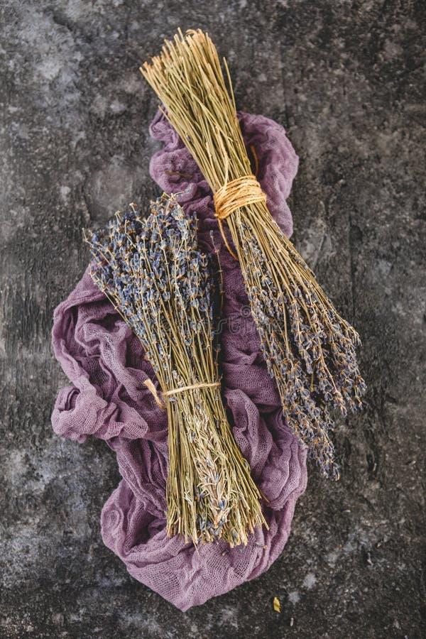 Getrocknete Lavendelbündel auf dunklem Holztisch stockbilder