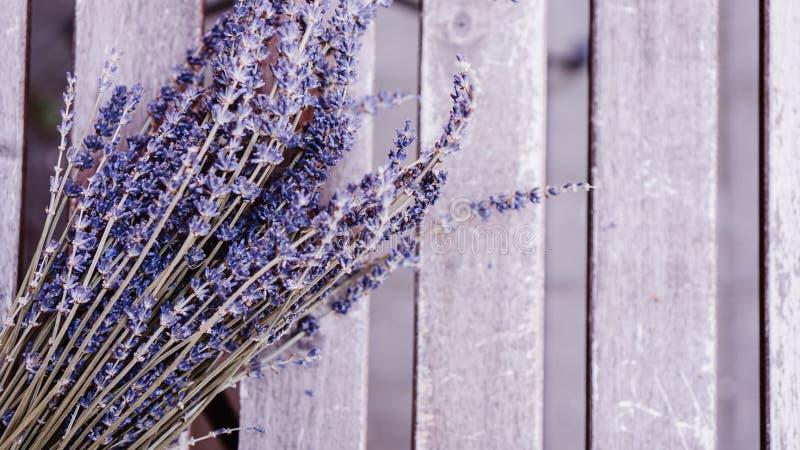 Getrocknete Lavendelb?ndel auf Holztisch lizenzfreie stockfotos