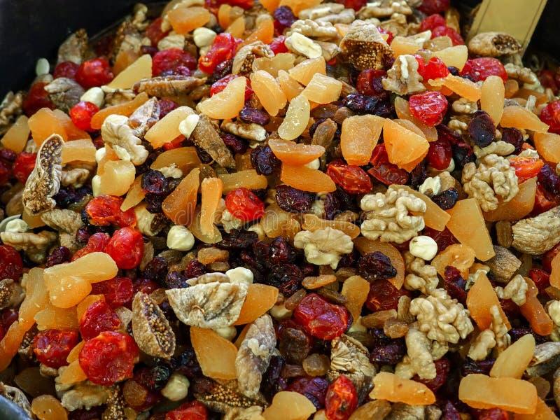 Getrocknete Nüsse in den Säcken Aprikosen, Walnüsse, Orangen, Pflaumen, Trauben und verschiedene Trockenfrüchte lizenzfreie stockbilder
