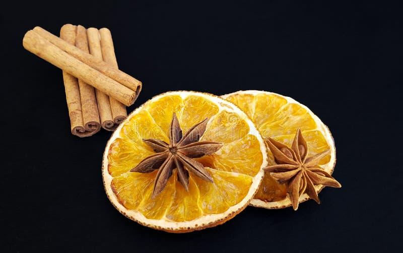 Getrocknete orange Scheiben mit Sternanis und -Zimtstangen lizenzfreies stockbild