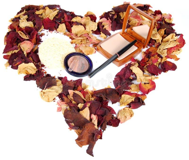 Getrocknete rosafarbene Blumenblätter und Kosmetik lizenzfreie stockbilder