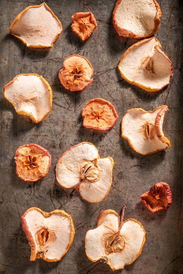Getrocknete süße Äpfel auf Backblech lizenzfreie stockfotos