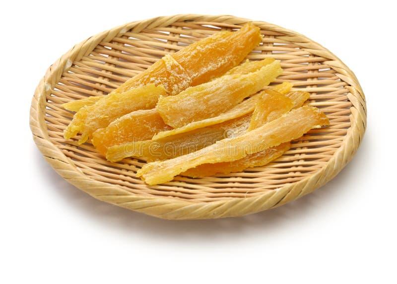 Getrocknete Süßkartoffel, Hoshi-IMO, japanischer traditioneller Imbiss auf Bambuskorb lizenzfreies stockfoto