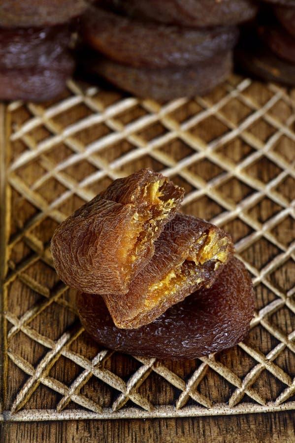 Getrocknete schwarze Aprikosen auf hölzernem Kasten stockbild