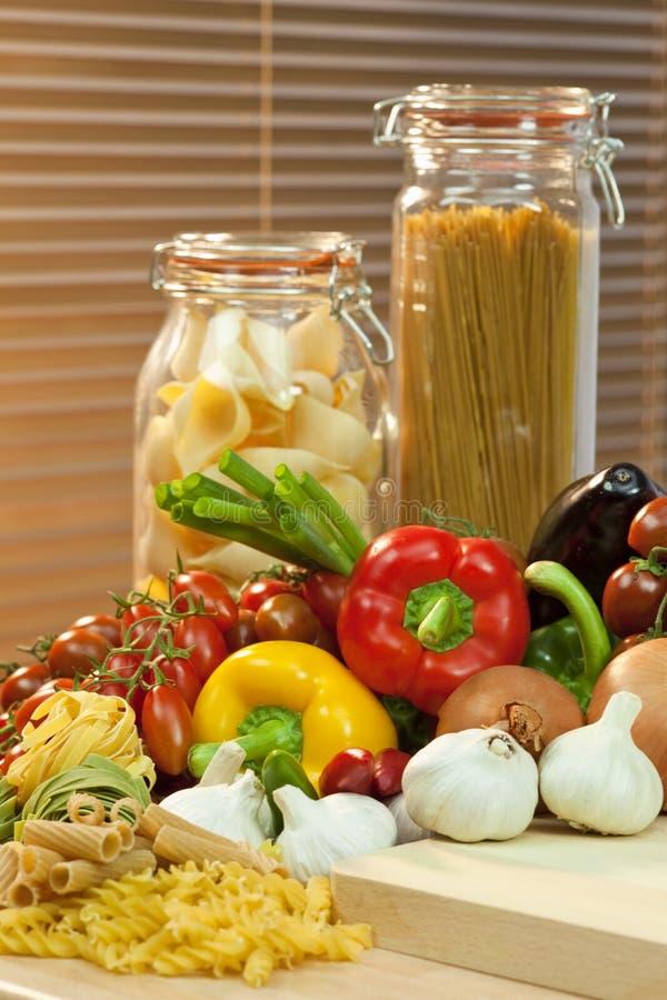 Getrocknete Shell-Teigwaren, Isolationsschlauch und Gemüse stockbild