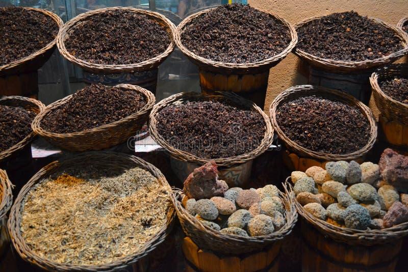 Getrocknete Tees und Gewürze in den Körben auf dem traditionellen Markt stockfotos