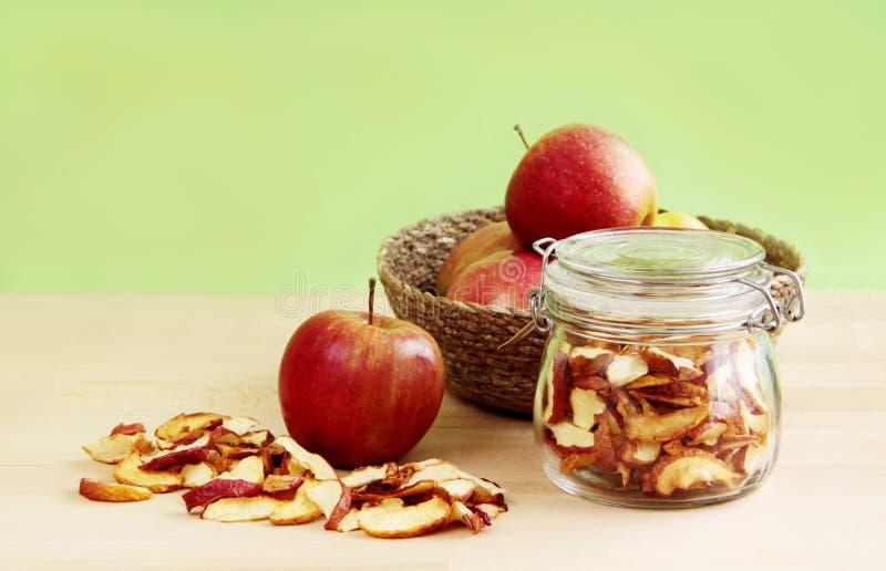 Getrocknete und frische Äpfel lizenzfreie stockfotos