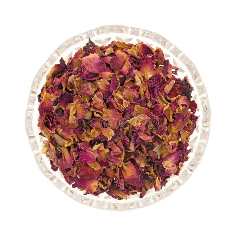 Getrocknete zerquetschte rote Rosebuds und Blumenblätter in einer kleinen Schüssel lizenzfreie stockfotos