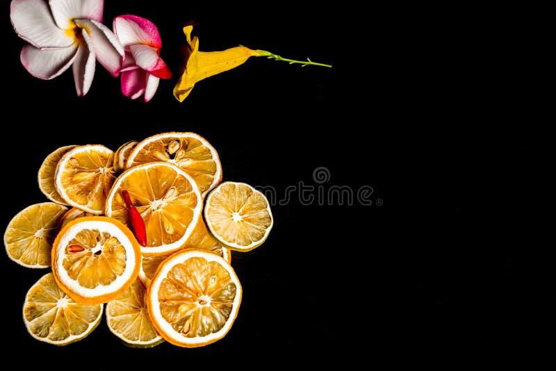 Getrocknete Zitronenscheibe lokalisiert im schwarzen Hintergrund stockfotos