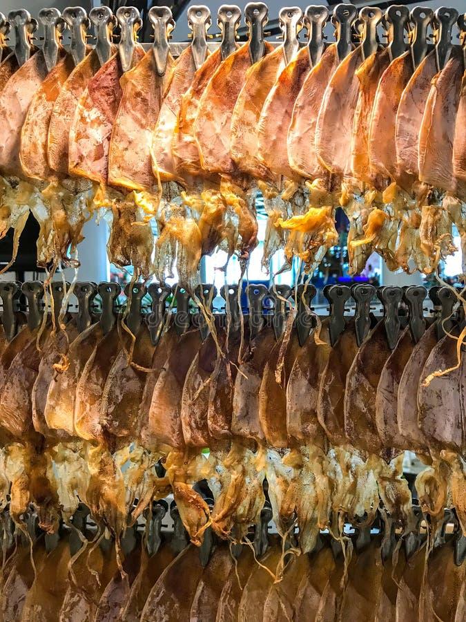 Getrockneter Kalmar bereit, für Verkauf zu braten stockfotografie