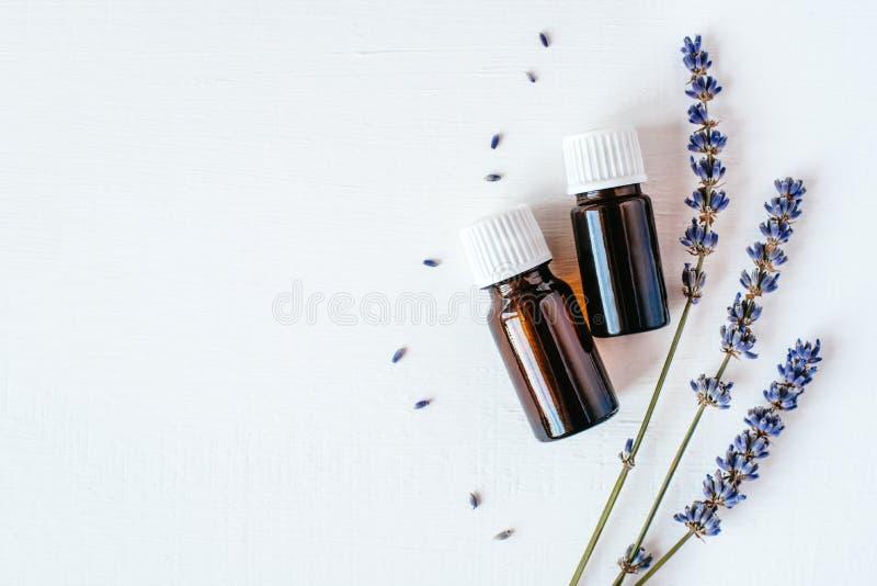 Getrockneter Lavendel mit einer Flasche ?therischem ?l lizenzfreie stockbilder