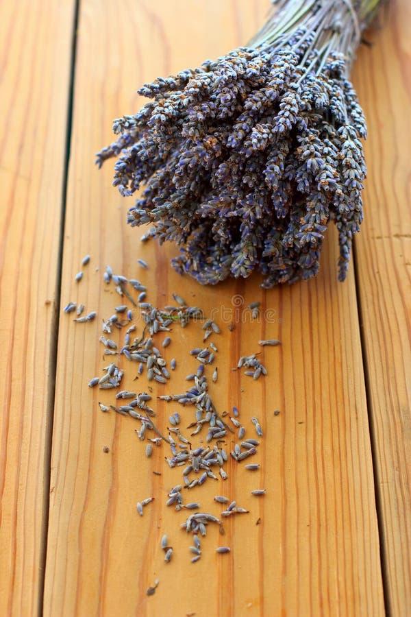 Getrockneter Lavendelblumenstrauß auf dem Holztisch stockbild