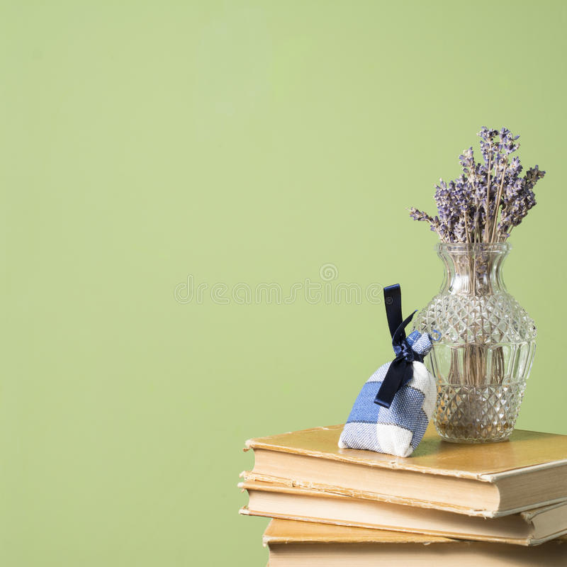 Getrockneter Lavendelblumenstrauß in einem Vase Lavendelkissen Alte Bücher lizenzfreie stockfotos