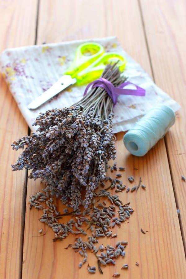 Getrockneter Lavendelblumenstrauß, -scheren und -stoff lizenzfreie stockfotos