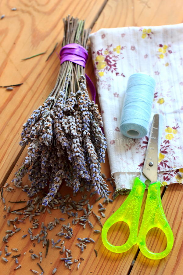 Getrockneter Lavendelblumenstrauß, -scheren und -stoff lizenzfreie stockbilder