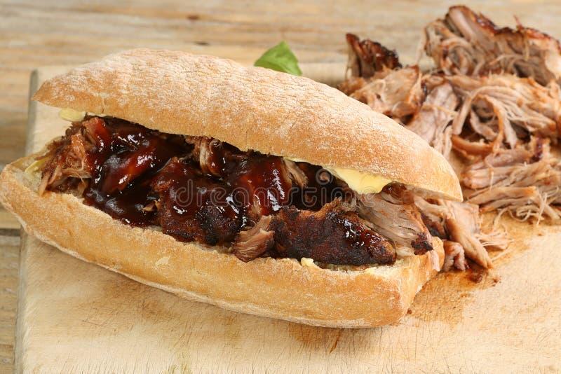 Getrokken varkensvlees met barbecuesaus stock afbeelding
