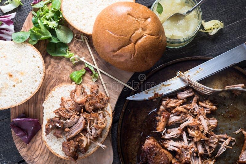 Getrokken varkensvleessandwich stock foto