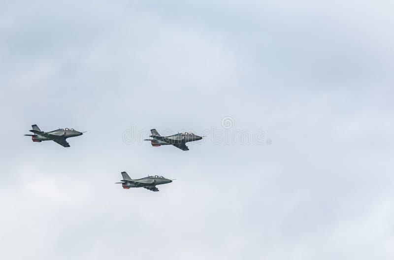Getti di Fihter sul fondo del cielo nuvoloso fotografia stock