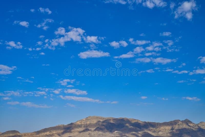 Getti le ombre dalle nuvole sopra le montagne del deserto del Mojave immagini stock
