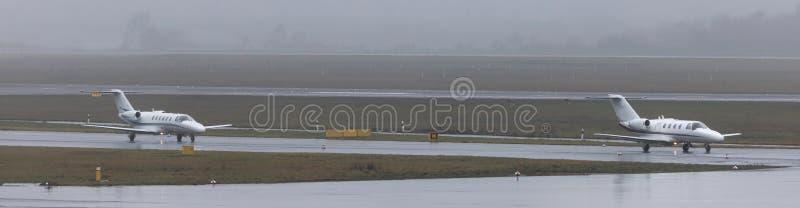 Getti privati su un panorama piovoso dell'aeroporto immagini stock libere da diritti