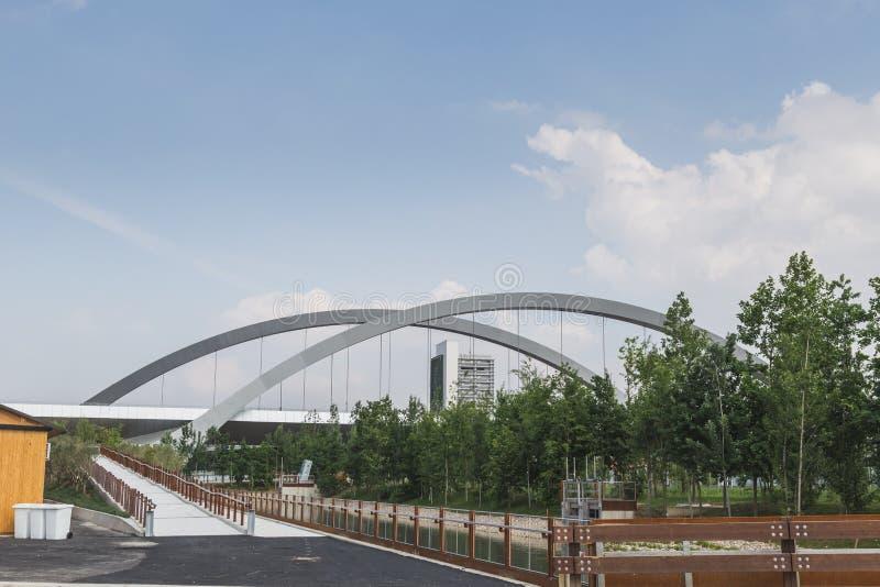 Getti un ponte su all'Expo 2015 a Milano, Italia fotografia stock