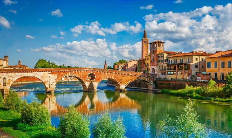 Getti un ponte su Ponte Pietra a Verona sul fiume di Adige immagine stock