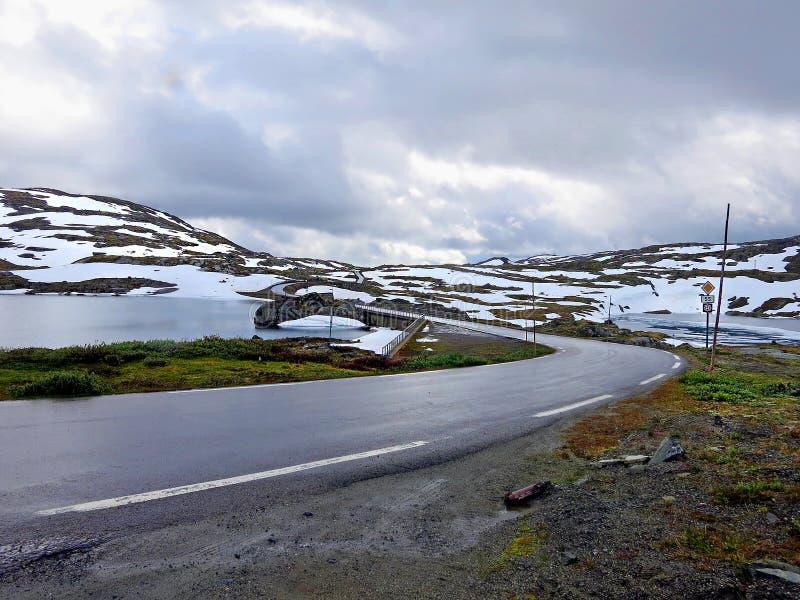 Getti un ponte su sulla strada nazionale 55 in Norvegia immagine stock